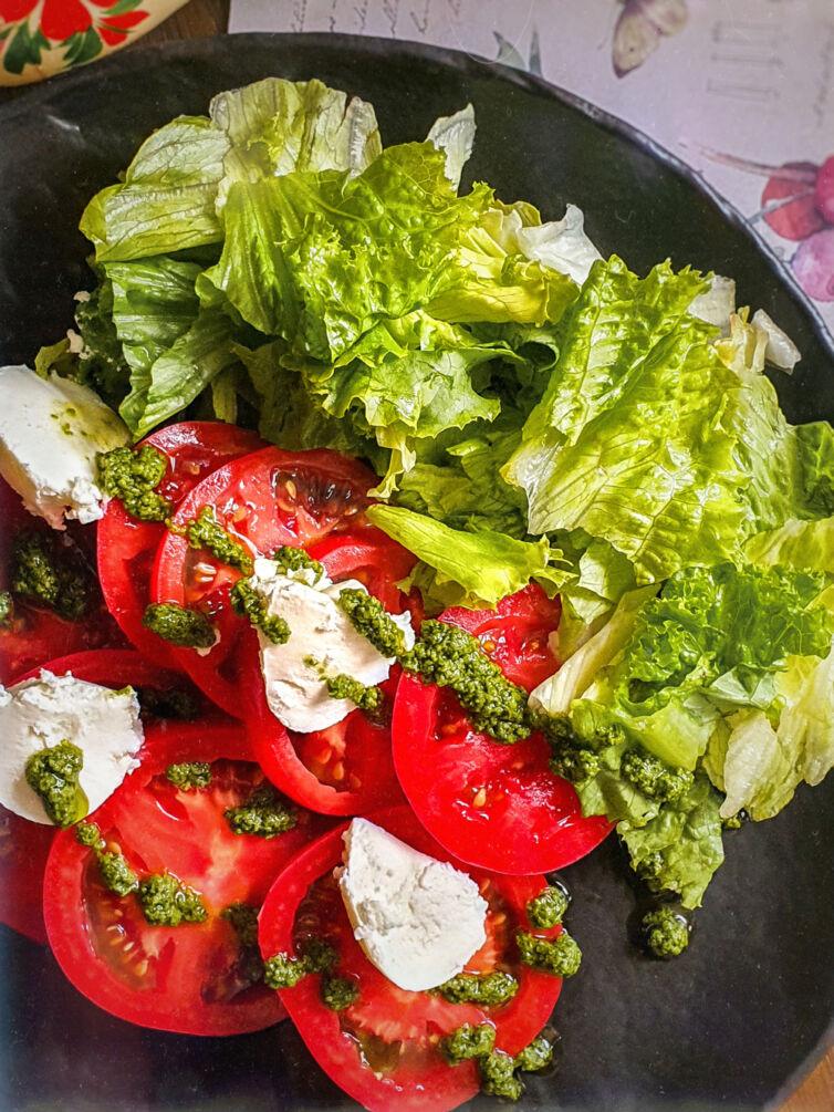 Салат с томатами и творожным сыром