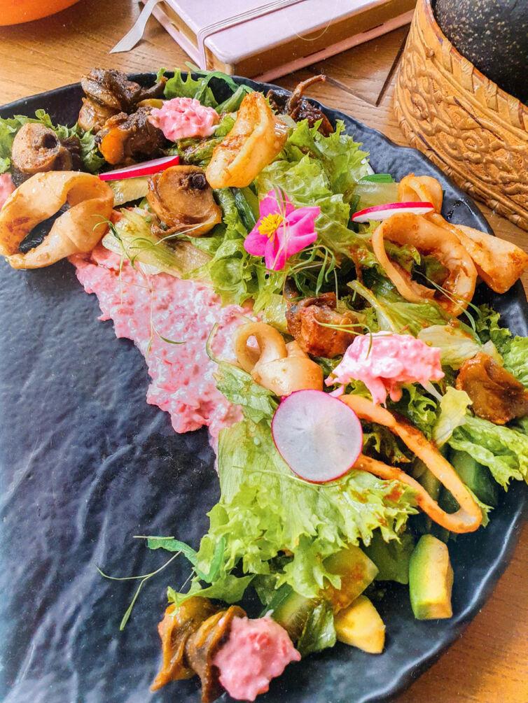 Салат из рапана, кальмаров с авокадо, чукой и кинзой