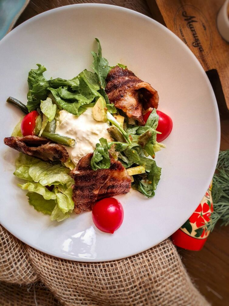 Салат с ростбифом, подкопчённой грушей, сыром качота