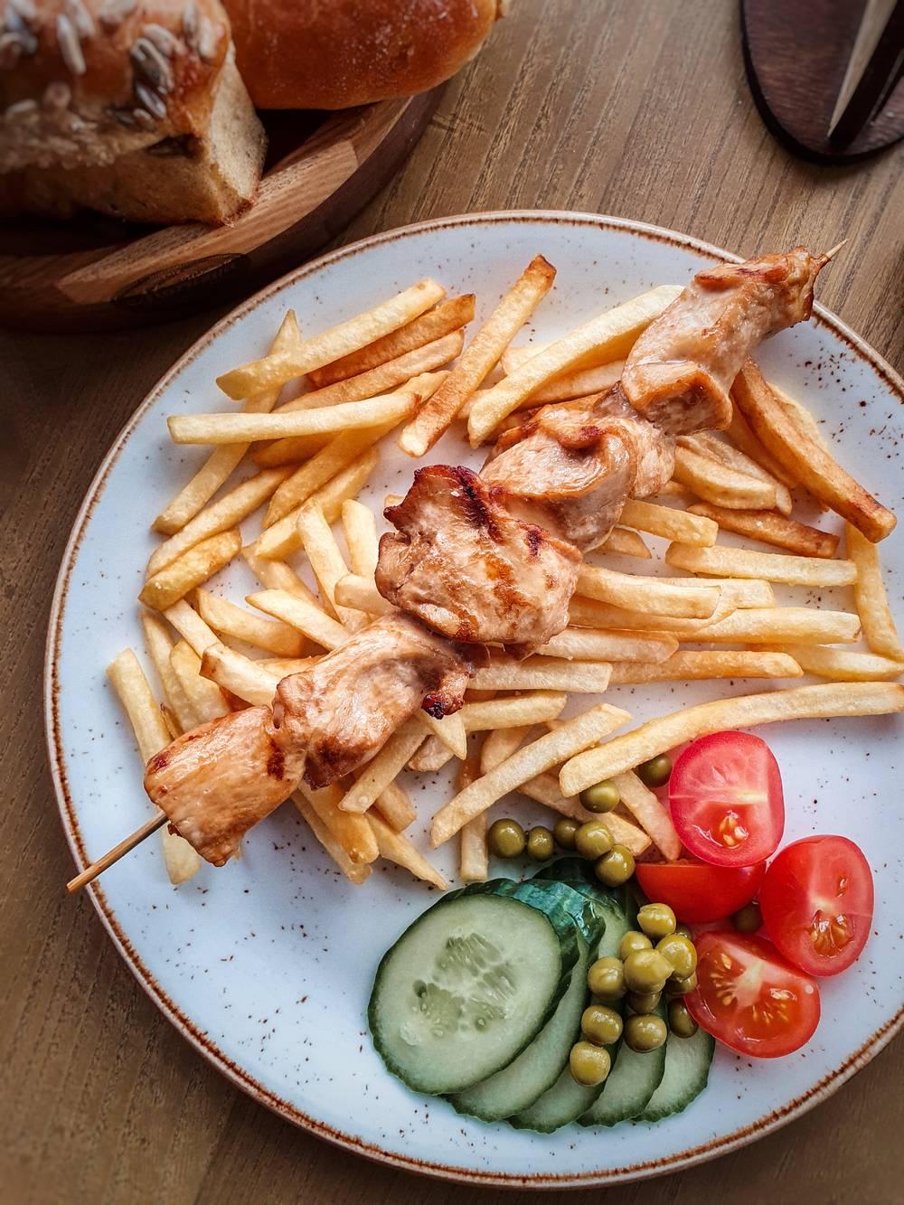 Шашлычок куриный с картофелем фри доставка еды Волгоград кафе Marusya Маруся Дома